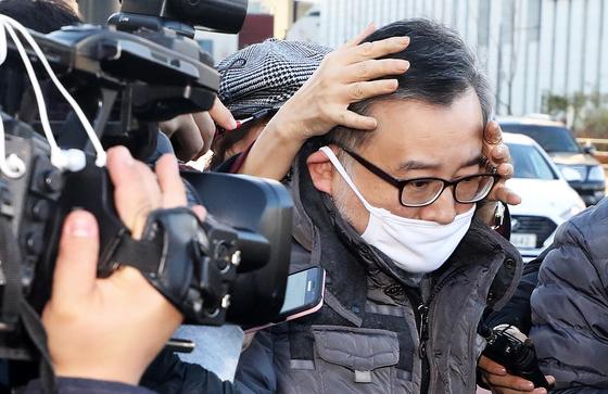 김학의 전 법무부 차관이 22일 오후 서울 송파구 동부구치소에서 마중 나온 한 여성의 보호를 받으며 귀가하고 있다.[뉴스1]