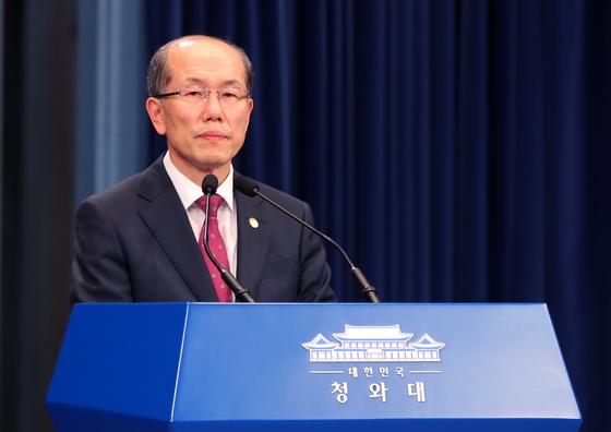 김유근 국가안보실 1차장이 22일 오후 청와대 춘추관에서 한일 군사정보보호협정(GSOMIA·지소미아) 종료를 유예한다고 브리핑 하고 있다.