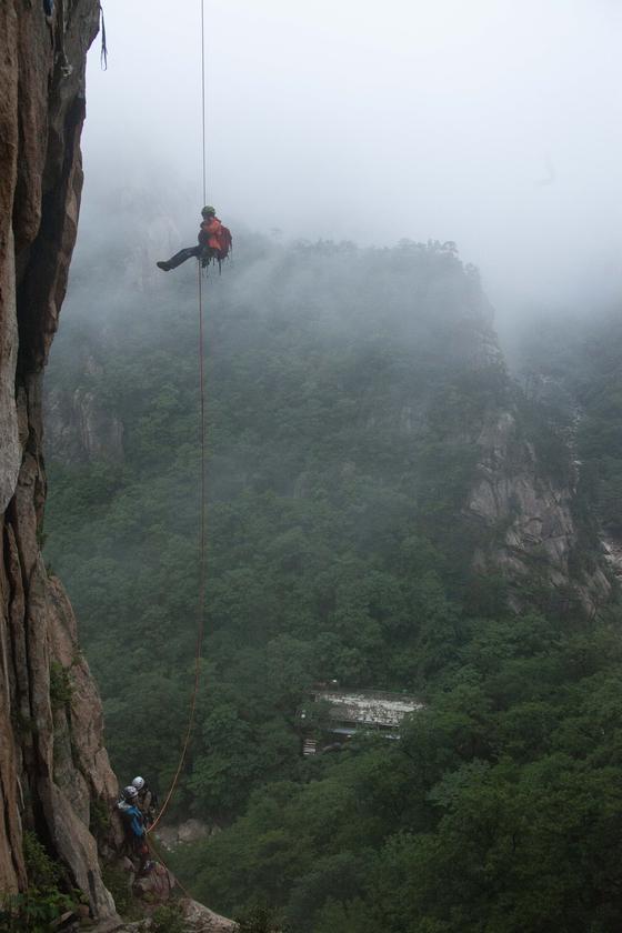 우리나라 최초의, 유일한 여성 암벽 사진작가인 강레아씨가 설악산 적벽에서 촬영 후 하강하고 있다. 이 사진 중간 아래에 보이는 비선대 산장은 지금 철거되고 없다. [사진 강레아]