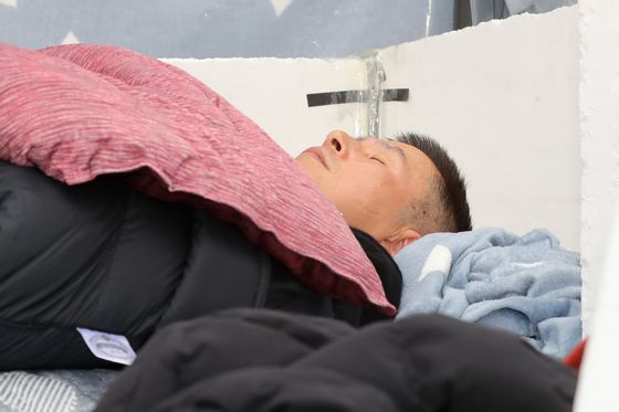 닷새째 단식투쟁을 이어가고 있는 황교안 자유한국당 대표가 24일 오전 서울 종로구 청와대 사랑채 앞 천막에 몸져누워 있다. [뉴스1]