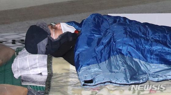 나흘째 단식 중인 황교안 자유한국당 대표가 23일 오후 청와대 분수대 앞에서 자리에 누워 단식을 계속하고 있다. [뉴시스]