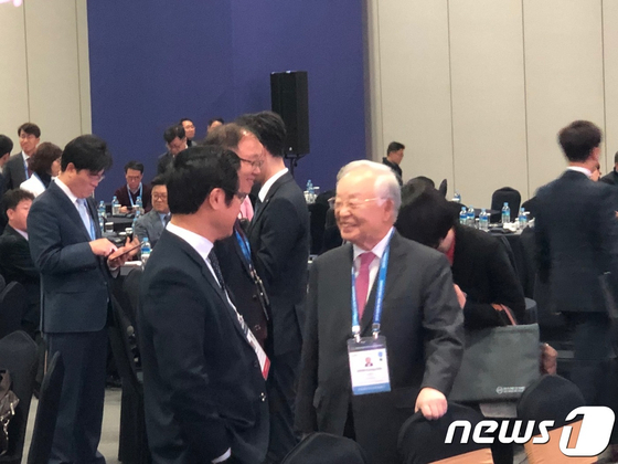 손경식 CJ그룹 회장이 25일 부산 벡스코에서 열리는 '한-아세안 CEO 써밋' 행사장에서 참석자들과 대화하고 있다. [뉴스1]