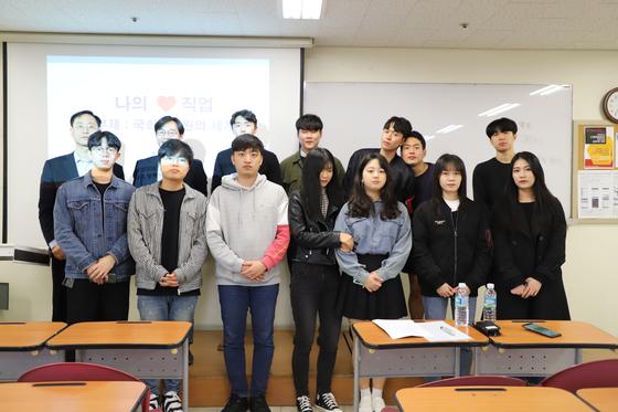 조우성 국회연구위원이 특강을 마친 후 참석 학생들과 기념사진을 촬영하고 있다.