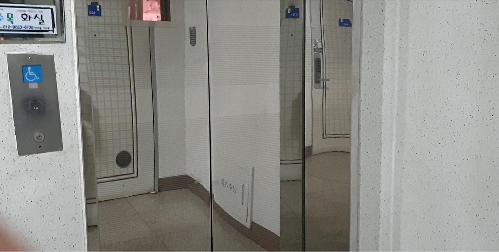 층간 소음 마찰로 24일 아래위 층간 흉기 난동 사건이 난 경기도 고양시 아파트 엘리베이터와 1층 엘리베이터 앞. 전익진 기자