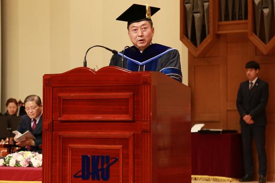 하토야마 유키오 일본 전 총리가 단국대 명예정치학박사학위 수여 후 답사를 하고 있다.