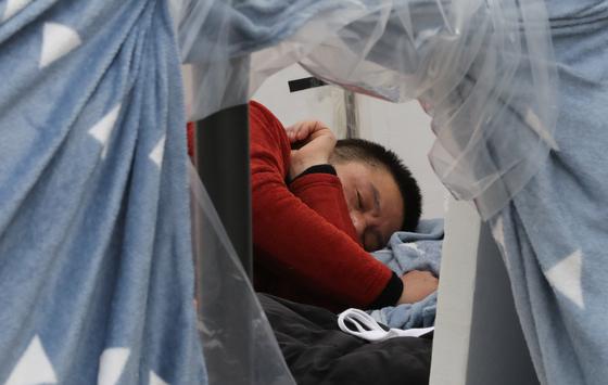 청와대 앞에서 닷새째 단식중인 자유한국당 황교안 대표가 24일 오전 청와대 사랑채 앞에 설치된 텐트 안에서 머무르고 있다. [연합뉴스]
