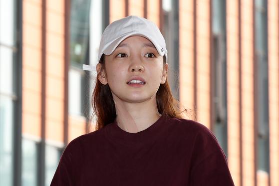 가수 구하라(28)가 24일 자택에서 숨진 채 발견됐다. 서울 강남경찰서는 이날 오후 6시9분쯤 서울 강남구 청담동 거주지에서 숨진 채 발견됐다고 밝혔다. 사진은 지난 2018년 9월 강남서에 출석하는 구하라. [뉴스1]