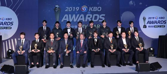 2019 KBO 시상식 수상 선수들이 기념촬영을 하고 있다. [뉴스1]