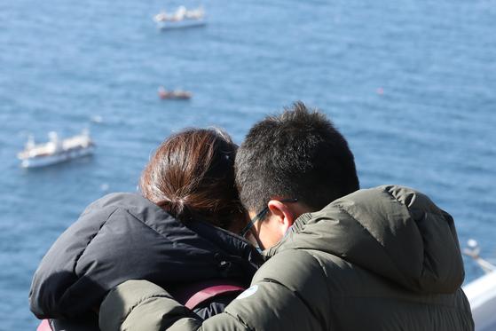 지난 23일 독도 소방구조헬기 추락사고 실종자 가족이 경북 울릉군 독도 헬기장 앞 전망대에서 사고 해역을 바라보며 오열하고 있다. [연합뉴스]