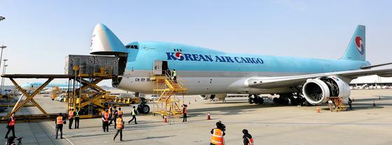 화물기는 다양한 물품을 싣고 전 세계를 누빈다. 대한항공의 B-747 화물기에 컨테이너 박스를 싣고 있다. [뉴스1]