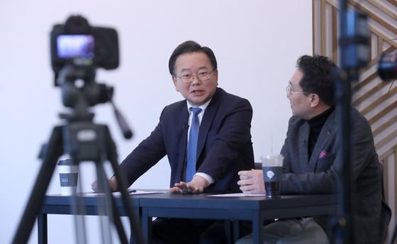 김부겸 민주당 의원(왼쪽)이 양정철 민주연구원장과 20일 서울 서교동의 한 스튜디오에서 유튜브 채널 '의사소통TV'를 녹화하고 있다. 강정현 기자