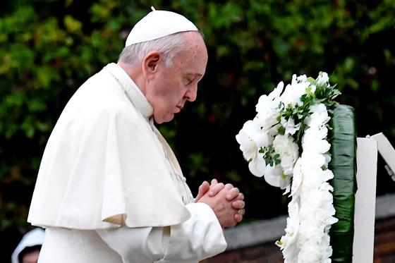 프란치스코 교황이 24 일, 일본 나가사키 원폭 폭심지에 세원진 공원에서 헌화한 뒤 기도하고 있다. 프란치스코 교황은 3박 4일 일정으로 일본을 방문 중이다. [ EPA=연합뉴스]