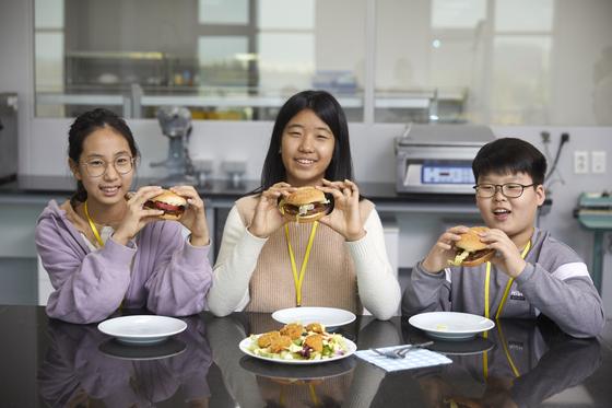식물성 재료만 사용해 직접 만든 햄버거를 손에 든 학생기자단.
