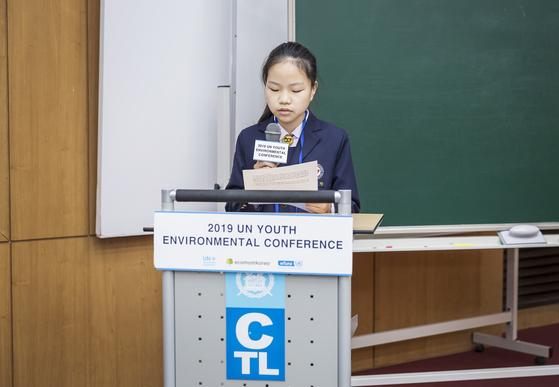 플라스틱과 자연순환 위원회에서 수단 대표로 연설하는 박채원 학생기자.