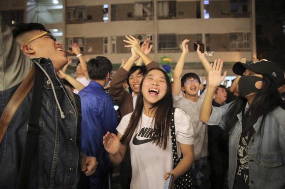 홍콩 구의회 선거에서 압승을 거둔 범민주 진영 인사들이 환호하고 있다. [AP=연합뉴스]
