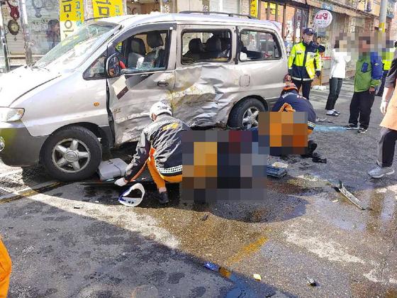 25일 오전 10시 56분 부산 기장군 한 도로에서 1t 트럭이 갑자기 인도를 침범했다. 이 사고로 보행자 2명이 사망했고, 운전자 2명이 크게 다쳤다. [사진 부산경찰청]