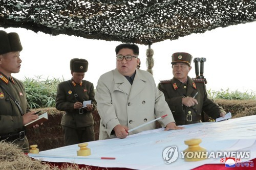 김정은 북한 국무위원장이 서부전선에 위치한 창린도 방어대를 시찰했다고 조선중앙통신이 25일 이 사진을 보도했다. 촬영 날짜는 밝히지 않았다. [연합뉴스]