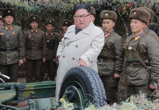 김정은 북한 국무위원장이 서부전선에 위치한 창린도 방어대를 시찰했다고 조선중앙통신이 25일 보도했다. 김 위원장이 베이지색 더블 트렌치코트를 입고 있다. 촬영 날짜는 밝히지 않았다. [연합뉴스]