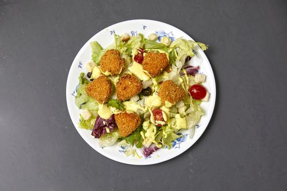 식물성 고기로 만든 너겟을 얹은 샐러드. 허니머스타드 드레싱과 잘 어울린다.