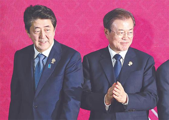 문재인 대통령과 아베 신조 일본 총리가 지난 11월 4일 태국 방콕에서 열린 역내포괄적경제동반자협정(RCEP) 정상회의에서 기념촬영을 마치고 자리로 향하고 있다. [연합뉴스]