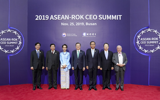 문재인 대통령이 25일 오전 부산 벡스코 제2전시장에서 열린 2019 한-아세안 특별 정상회의 'CEO 서밋(Summit)'에서 참석자들과 기념사진을 찍고 있다. 왼쪽부터 성윤모 산업통상자원부 장관, 통룬 시술릿 라오스 총리, 아웅산 수치 미얀마 국가고문, 문 대통령, 쁘라윳 짠-오차 태국 총리, 박용만 대한상의 회장, 짐 로저스 로저스홀딩스 회장. 청와대사진기자단