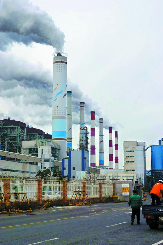 충남의 한 석탄 화력발전소가 굴뚝으로 흰 연기를 내뿜고 있다. 석탄을 태우는 동안 다량의 미세먼지와 함께 온실가스도 배출된다. [중앙포토]