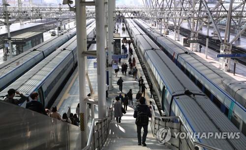 지난달 철도파업 당시 서울역에서 열차 타는 승객들. [연합뉴스]