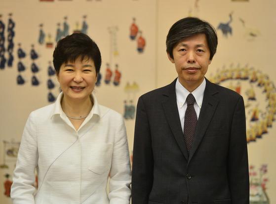 2016년 9월 13일 당시 박근혜 대통령이 청와대에서 김재형 신임대법관에게 임명장을 수여하고 있다. [청와대사진기자단]
