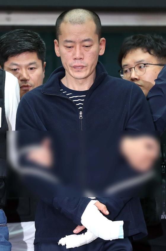 진주 아파트 방화·살인 혐의로 구속된 안인득(42)이 병원을 가기 위해 지난 4월 19일 오후 경남 진주경찰서에서 이동하고 있다. [연합뉴스]
