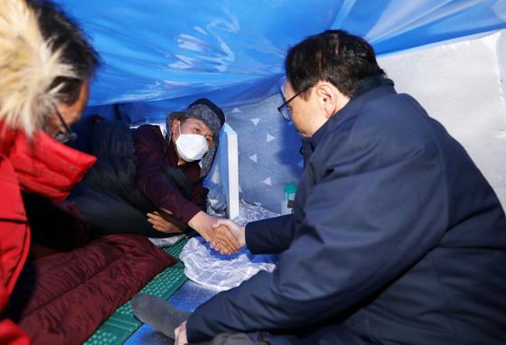 이해찬 민주당 대표(오른쪽)가 25일 청와대 분수대 앞에서 엿새째 단식 중인 황교안 한국당 대표를 찾아가 안부를 묻고 있다. [뉴스1]