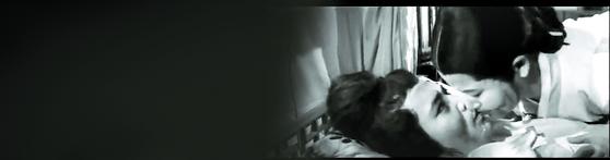 영화 '강화도령'(1963)에서 다 죽어가는 철종(신영균)에게 복녀(최은희)가 입으로 물을 먹이는 장면. 신영균씨는 신상옥 감독이 보는 앞에서 그의 부인인 최은희씨와 입 맞추는 연기를 하는 게 곤혹스러웠다고 회고했다. [영화 캡처]