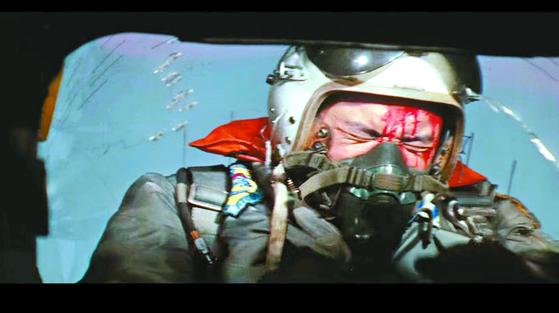 영화 '빨간 마후라'에서 주인공 나관중 소령 역할을 맡은 신영균씨가 북한군 적기의 총탄을 맞고 죽는 장면. 신상옥 감독은 실감나는 연출을 위해 실제 사격수가 실탄을 쏘게 했다. [영화 캡처]