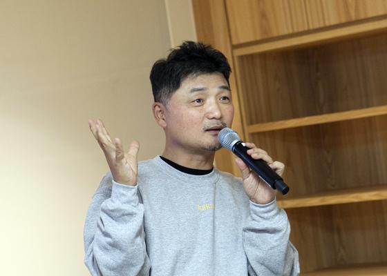 김범수 의장이 지난 13일 카카오 판교 오피스에서 열린 카카오 신입개발자 OT 현장을 찾았다. [사진 카카오]