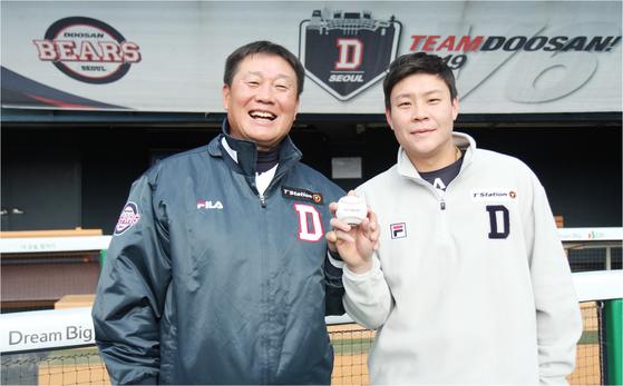 박철우 두산 2군 감독(왼쪽)은 선수 시절 뛰어난 좌타자였다. 아들 박세혁은 오른손잡이지만 중학교 때 왼손 타격을 시작했다. 김식 기자