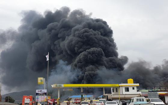 27일 전남 여수시 율촌면 가구단지에서 불이 나 소방당국이 진화작업을 벌이고 있다. [뉴스1]