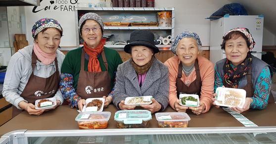 홍성 홍동농협 로컬푸드 직매장에 있는 '할머니 반찬'을 운영하는 할머니들. 신진호 기자