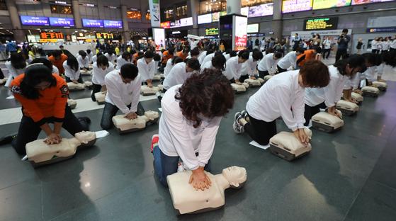 서울시 소방재난본부 관계자들이 지난달 2일 용산역사 내 맞이방에서 심폐소생술(CPR) 플래시몹을 하고 있다. 급성 심정지와 순환기계통 질환자 발생빈도가 증가하는 시기(10월~12월)를 앞두고 심폐소생술(CPR) 등 응급처치의 중요성을 널리 알리고 소생률을 제고하기 위한 행사다. [뉴스1]