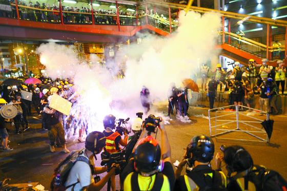 지난 7월 홍콩에서 '범죄인 인도 법안'에 반대하는 홍콩의 시위대가 반중국 시위를 벌이는 가운데, 중국 공안이 최루탄을 쏘는 모습. [EPA=연합뉴스]