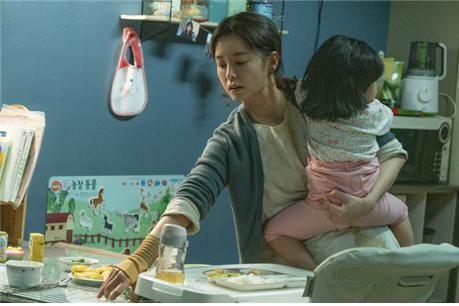 영화 '82년생 김지영'의 한 장면. 주인공처럼 여성의 경력단절 사유로는 육아가 1위에 올랐고 결혼·출산이 그 뒤를 이었다. [영화 캡처]