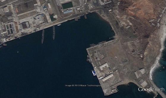 금강산 관광객이 드나들던 장전항을 북한이 군사기지로 활용하는 정황이 포착됐다. 북한은 관광이 시작된 1998년 11월 이후 장전항에 있던 잠수함과 함정을 후방지역으로 이동시켰다. 그러나 금강산 관광이 중단된 지 2년 뒤인 2010년 4월 구글 어스 위성 사진엔 북한 함정이 등장했다. [사진 구글 어스 캡처]
