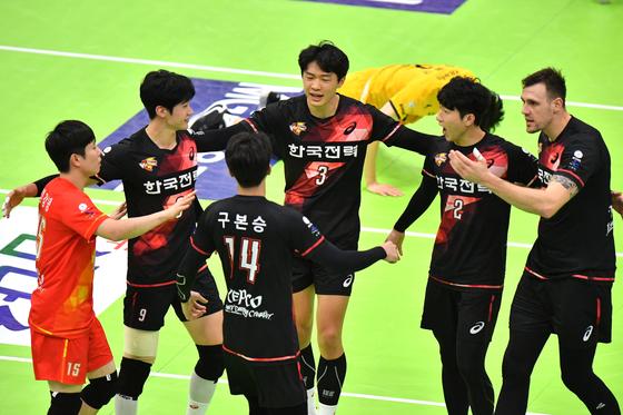 26일 수원체육관에서 열린 KB손해보험과 경기에서 득점을 올린 뒤 기뻐하는 한국전력 선수들. [사진 한국배구연맹]