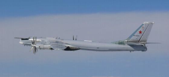 지난달 22일 한국을 포위비행한 러시아의 전략폭격기 Tu-95MS. [사진 일본 방위성]