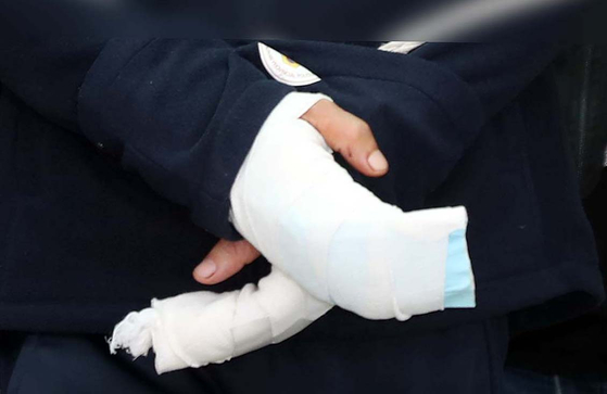 지난 4월 19일 경남 진주 아파트 방화 및 살인 혐의로 구속된 안인득(42)이 병원을 가기 위해 진주경찰서에서 나오고 있다. [연합뉴스]