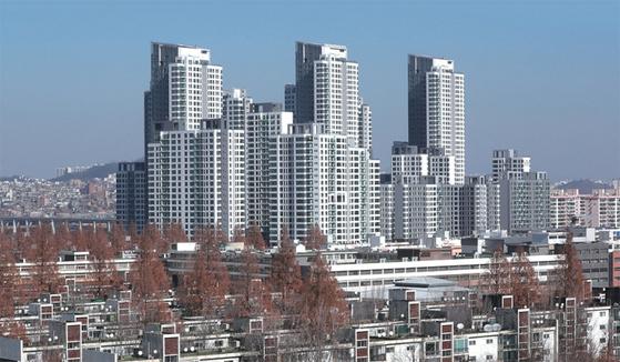 '평당 1억' 시대를 연 서초구 잠원동 신축 아파트 아크로리버파크. 그 앞에 재건축 시 분양가 상한제 대상에 포함될 것으로 예상되는 반포주공 1단지가 보인다.