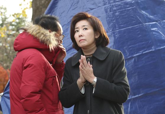 자유한국당 나경원 원내대표(오른쪽)가 25일 오전 청와대 앞에서 단식 농성 중인 황교안 대표 텐트를 방문한 후 김도읍 의원과 대화하고 있다.  임현동 기자