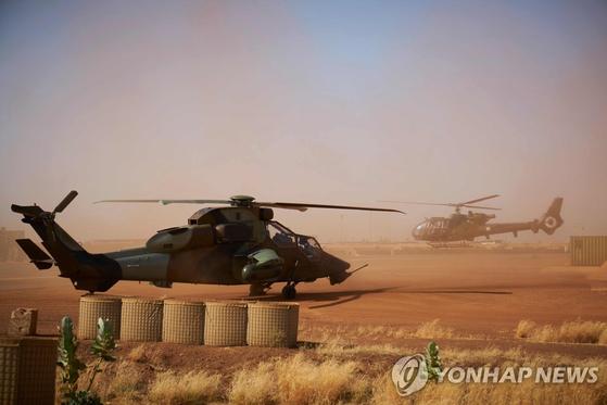 지난 8일 서아프리카 말리 북부의 프랑스군 기지에 공격용 헬기 '티그르'(왼쪽)가 대기 중인 모습. [AFP=연합뉴스]