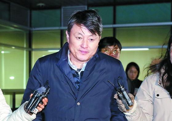 유재수 전 부산시 경제부시장이 지난 22일 검찰조사를 받은 후 청사를 나서고 있다. [연합뉴스]