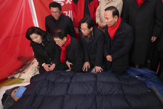 나경원 원내대표(앞줄 왼쪽)를 비롯한 한국당 의원들이 7일 째 단식투쟁 중인 황교안 대표의 농성장을 찾아 대화하고 있다. 최승식 기자