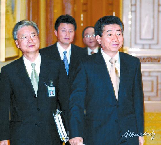 노무현 정부 시절 노 대통령을 지근거리에서 수행했던 유재수 전 부시장(왼쪽에서 둘째)이 2004년 노 대통령을 따라 회의장에 입장하고 있다. [사진 노무현재단]