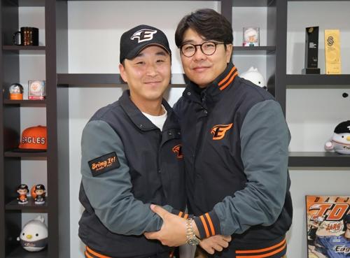 한화 마무리 정우람(왼쪽)이 4년 39억원 계약을 마친 뒤 정민철 단장과 손을 맞잡고 있다. [사진 한화 이글스]